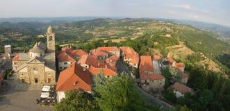 La vista aerea del paese di Langhe e di Roccaverano abbellisce dentro indietro Fotografia Stock Libera da Diritti