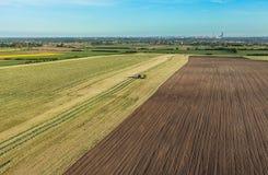 La vista aerea del raccolto sistema con l'associazione ed il trattore Immagine Stock Libera da Diritti