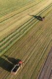 La vista aerea del raccolto sistema con l'associazione ed il trattore Immagini Stock
