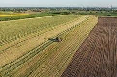 La vista aerea del raccolto sistema con l'associazione ed il trattore Immagini Stock Libere da Diritti
