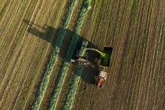 La vista aerea del raccolto sistema con l'associazione ed il trattore Immagine Stock