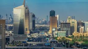 La vista aerea del timelapse delle torri dei grattacieli del porticciolo del Dubai e della città di Internet con traffico su scei stock footage