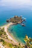 La vista aerea dell'isola e spiaggia di Isola Bella e l'oceano blu innaffiano fotografie stock libere da diritti