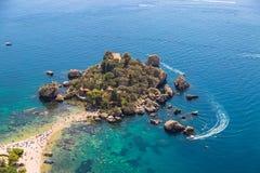 La vista aerea dell'isola e spiaggia di Isola Bella e l'oceano blu innaffiano fotografie stock