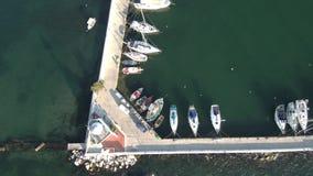 La vista aerea dell'yacht del porticciolo nell'area del kalamaria Salonicco Grecia, si muove in avanti in fuco stock footage