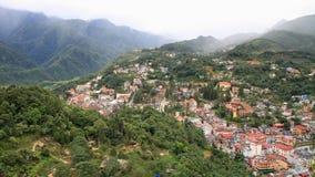 La vista aerea della città di Sapa ha intercalato in valle verde Fotografia Stock