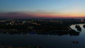 La vista aerea della città distante parte da sopra la fortezza della città nella notte stock footage