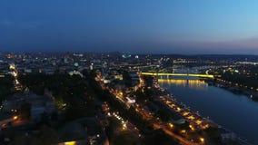 La vista aerea della città distante parte da sopra la fortezza della città nella notte 3 archivi video