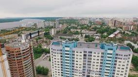 La vista aerea della città della samara, fuco sorvola la costruzione delle case moderne stock footage