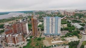 La vista aerea della città della samara, fuco sorvola la piccola area di calcio e le costruzioni moderne archivi video