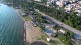 La vista aerea della costa urbana con le attrezzature ricreative a Salonicco Kalamaria Grecia, si muove in avanti in fuco archivi video