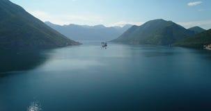 La vista aerea della nostra signora delle rocce chiesa ed isola di Sveti Djordje in Cattaro abbaia vicino alla città di Perast a  archivi video