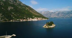 La vista aerea della nostra signora delle rocce chiesa ed isola di Sveti Djordje in Cattaro abbaia vicino alla città di Perast stock footage