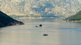 La vista aerea della nostra signora delle rocce chiesa ed isola di Sveti Djordje in Cattaro abbaia vicino alla città di Perast a  video d archivio