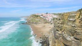 La vista aerea della spiaggia e le scogliere accanto a Azenhas guastano il villaggio stock footage
