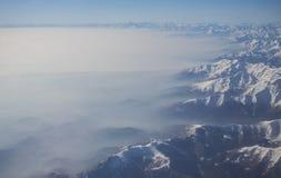 La vista aerea delle alpi in Europa durante la stagione invernale con neve e nebbia fresche copre la pianura di Po Immagini Stock
