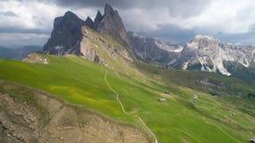 La vista aerea delle montagne abbellisce vicino al punto di vista di Seceda archivi video