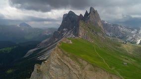 La vista aerea delle montagne abbellisce vicino al punto di vista di Seceda stock footage