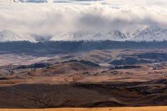 La vista aerea delle montagne si appanna l'autunno della neve Fotografie Stock
