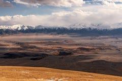 La vista aerea delle montagne si appanna l'autunno della neve Immagine Stock