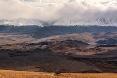 La vista aerea delle montagne si appanna l'autunno della neve Fotografia Stock