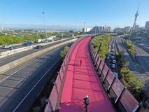 La vista aerea delle ore di punta traffica sull'autostrada centrale di Auckland fotografia stock libera da diritti