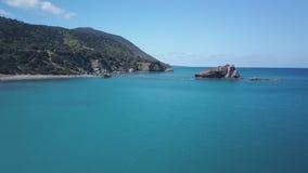 La vista aerea di bella natura del mar Mediterraneo, macchina fotografica sta sorvolando la superficie dell'acqua stock footage