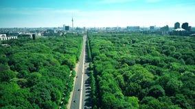 La vista aerea di Berlino che comprendono l'edificio di Reichstag, la porta di Brandeburgo e la TV si elevano, il più popolare stock footage