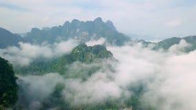 La vista aerea di calcare oscilla in foschia coperta di pianta tropicale fertile Vista superiore delle montagne in Krabi e archivi video