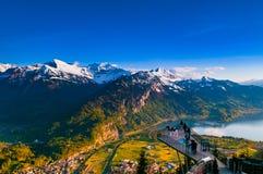 La vista aerea di Interlaken e le alpi svizzere da Kulm più duro osservano la p Fotografia Stock