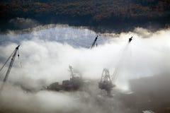La vista aerea di nebbia sopra il ferro del bagno funziona e fiume kennebec in Maine Gli impianti del ferro del bagno è un capo n immagini stock