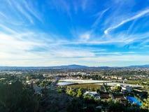 La vista aerea di paesaggio urbano ha guardato da un punto di vista sulla montagna immagini stock