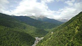 La vista aerea di si rannuvola le montagne, fiume della montagna di estate video d archivio
