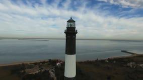 La vista aerea di un faro e Shoreline si chiudono su su Sunny Winter Day stock footage