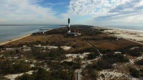 La vista aerea di un faro e Shoreline si chiudono su su Sunny Winter Day video d archivio