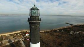 La vista aerea di un faro e Shoreline si chiudono su su Sunny Winter Day archivi video