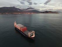La vista aerea di una nave da carico ha caricato con le lame di rotore per i generatori eolici Fotografia Stock