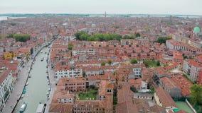 La vista aerea di Venezia di giorno, fuco sta sorvolando la città italiana di stupore, i tetti rossi ed il canale stock footage