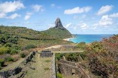 La vista aerea fortezza del DOS Remedios di Nossa e di Fernando de Noronha Senhora e Morro fanno Pico - Fernando de Noronha, Bras fotografie stock libere da diritti