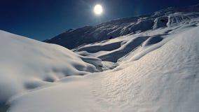 La vista aerea innevata delle montagne del paesaggio dell'inverno sorvola video d archivio
