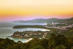La vista aerea a Kata, Karon e Patong tirano al tramonto, P immagine stock libera da diritti