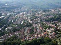 La vista aerea panoramica della città di Halifax in West Yorkshire con le case delle vie delle strade e la pennina circostante ab immagini stock libere da diritti