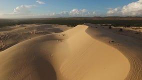 La vista aerea pilotando fuco alle dune di sabbia archivi video