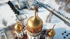 La vista aerea, sorvolante la cattedrale vicino ad un oro ha coperto con una cupola la chiesa nell'inverno stock footage