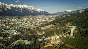 La vista aerea su bello, montagne abbellisce e la città Innsbruck Fotografia Stock Libera da Diritti
