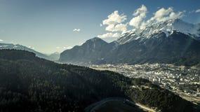 La vista aerea su bello, montagne abbellisce e la città Innsbruck Immagine Stock Libera da Diritti