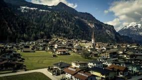 La vista aerea su bello, montagne abbellisce e la città Innsbruck Fotografia Stock