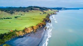 La vista aerea su una linea drammatica della costa di Tasman con le scogliere e le rocce si avvicinano a nuovo Plymouth Regione d Immagine Stock