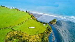 La vista aerea su una linea drammatica della costa di Tasman con le scogliere e le rocce si avvicinano a nuovo Plymouth Regione d Immagini Stock Libere da Diritti