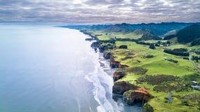 La vista aerea su una linea drammatica della costa di Tasman con le scogliere e le rocce si avvicinano a nuovo Plymouth Regione d Fotografia Stock Libera da Diritti